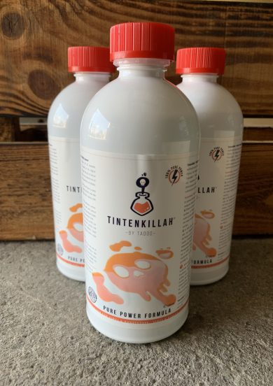 """""""Tintenkillah"""" ist ein spezielles Reinigungsmittel für Vinyl- und Kunststoffoberflächen. Reinigt und pflegt die Oberfläche und schützt vor Oxidation, Austrocknung und Verhärtung. Entfernt Tattoo-Farbe und andere Verunreinigungen und hinterlässt einen Schutzfilm auf dem Vinyl."""